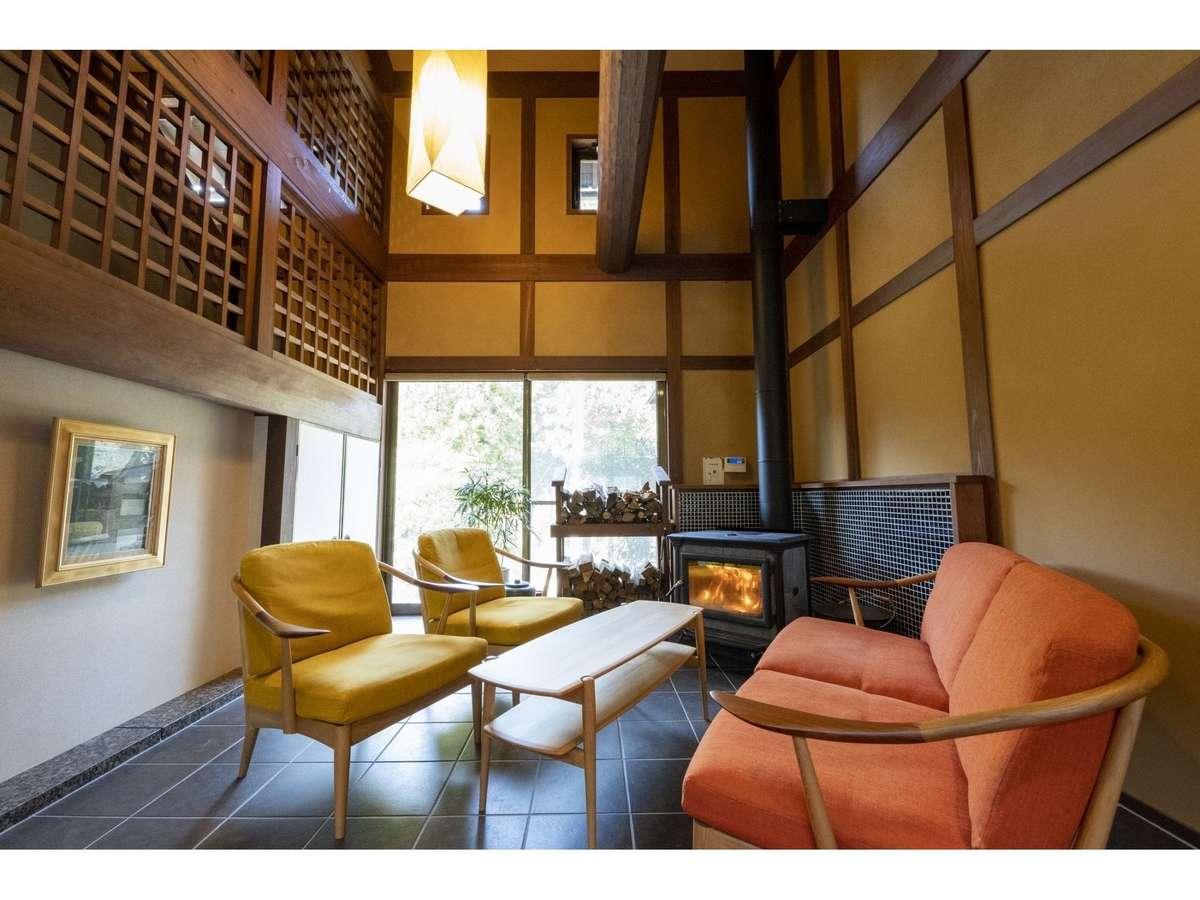 薪ストーブと囲炉裏があるラウンジには、約200冊のライブラリーや無料のハーブティー、コーヒーをご用意。