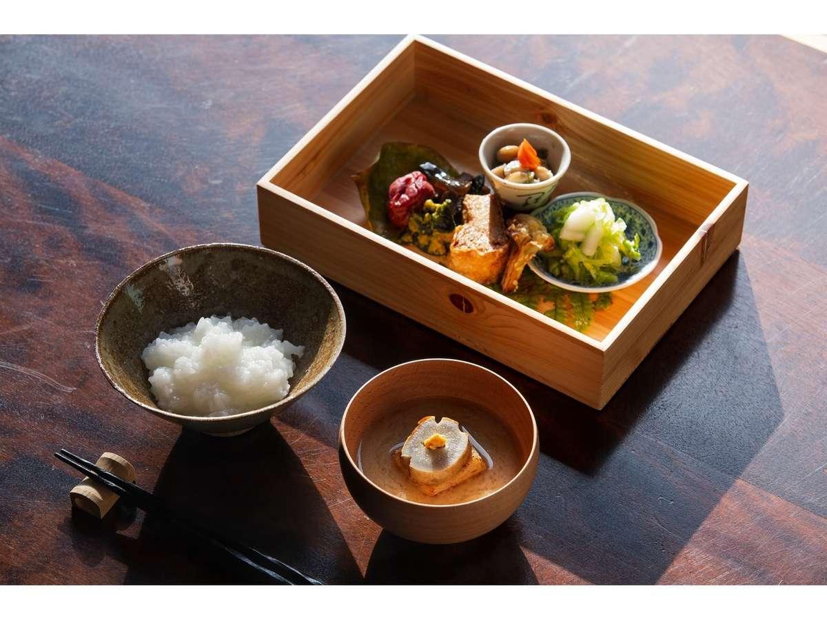 朝食は、国宝・明通寺の客殿にて、 朝粥と精進弁当をお召し上がりいただきます。他では出来ない体験を。