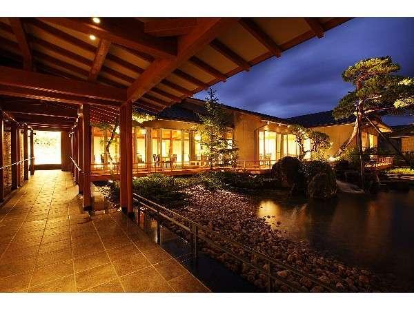 「ゆもとやダイニング花なり亭」から望む夕暮れの日本庭園