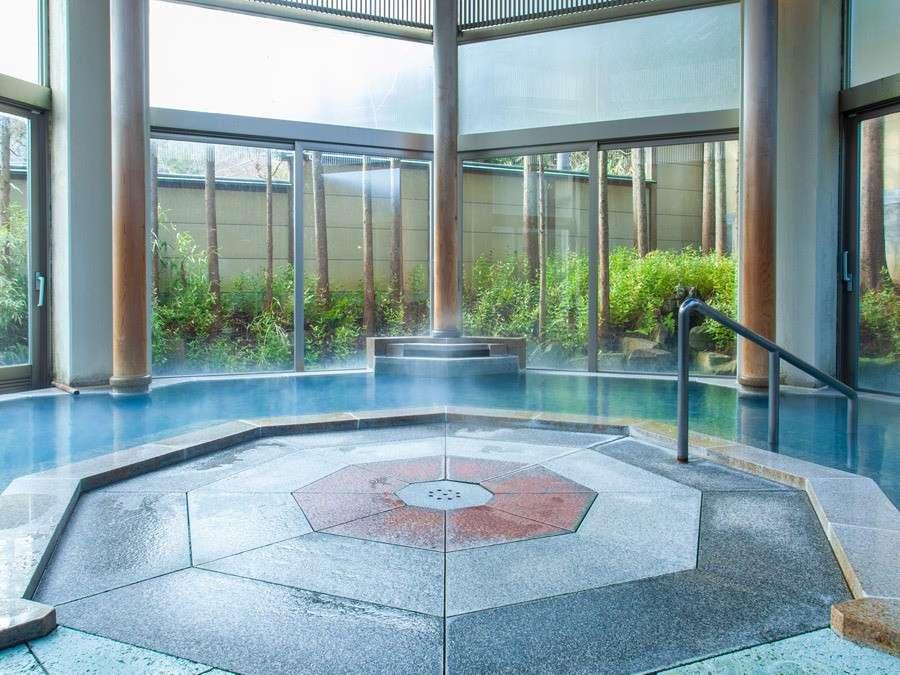 ~夢殿 内湯~広々とした内湯には自然の開放感を感じることができる趣きのある湯船となっております。
