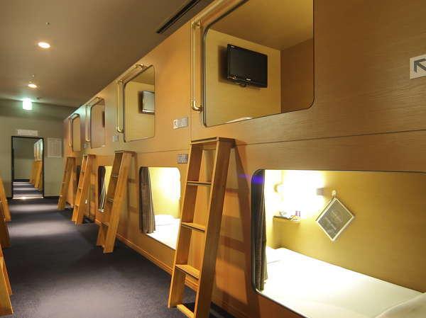全室禁煙室で上下2段式です。LED AQUOS19型液晶TV、ヘッドフォン完備。