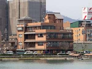 ○琵琶湖から流れ出る唯一の川、瀬田川畔のほとりにたちます。