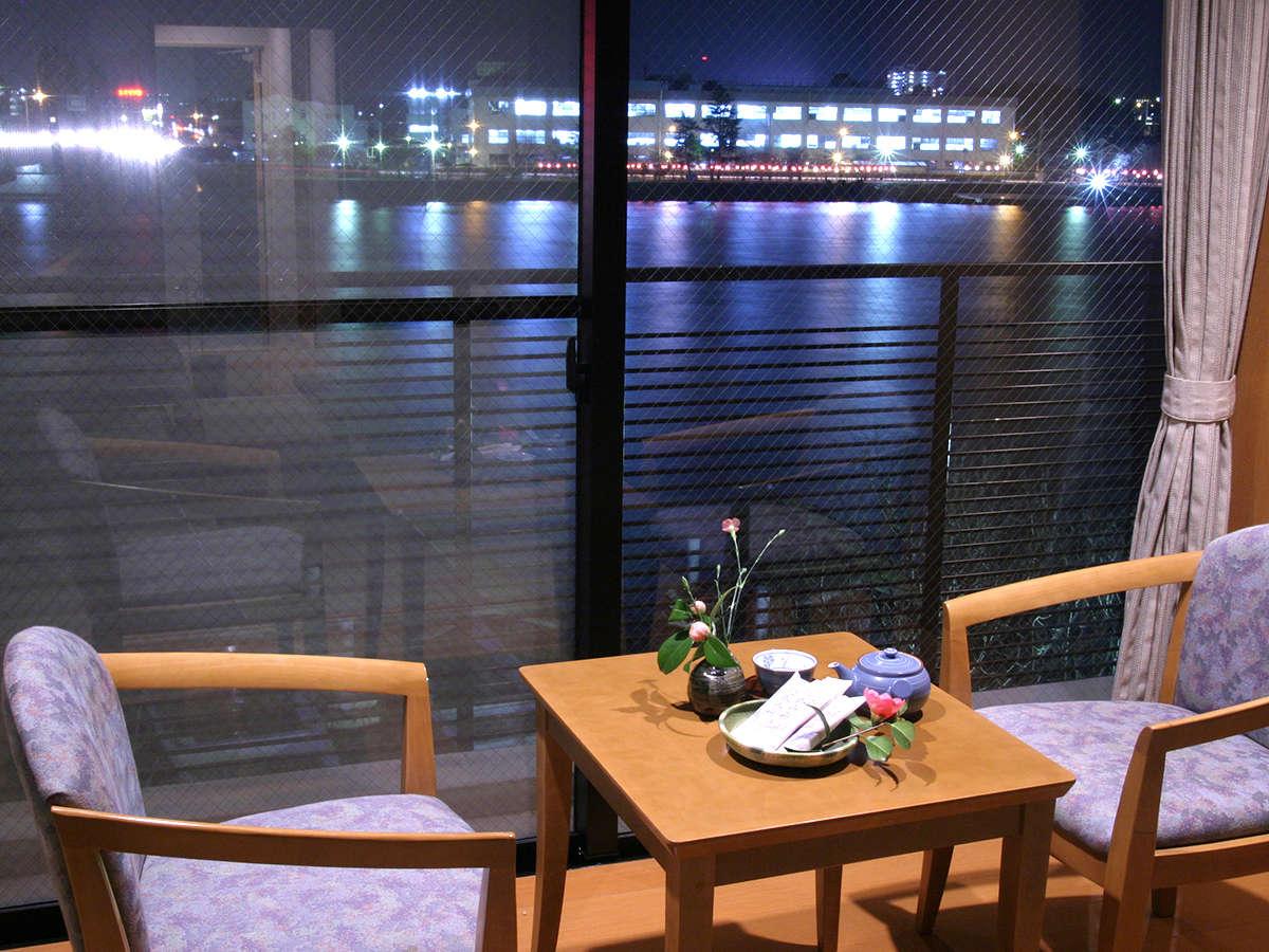 川側のお部屋からは瀬田川を望むことが出来ます。夜に見える瀬田川の、日中とは違う表情をお楽しみ下さい。