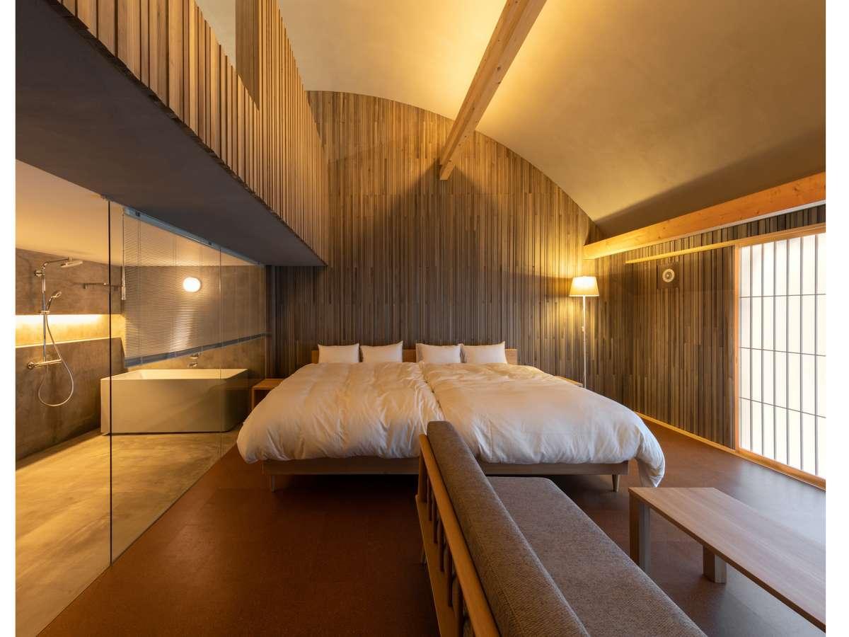 温かみのある天然素材と県産材のナラを用いた飛騨の家具などで構成された地産にこだわりのインテリア。