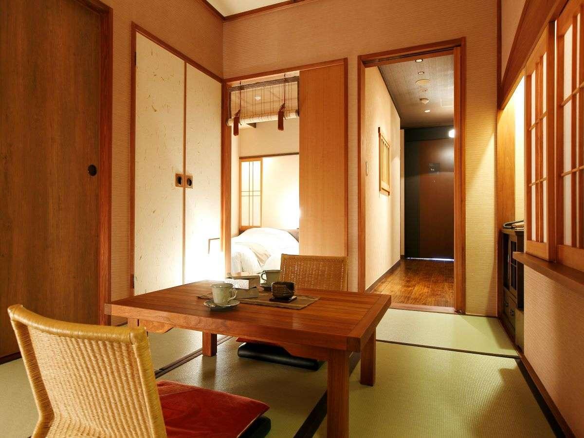 【客室】ベッドルームと和室を設えたゆとりの和洋室。/Bed room and living room are separate.