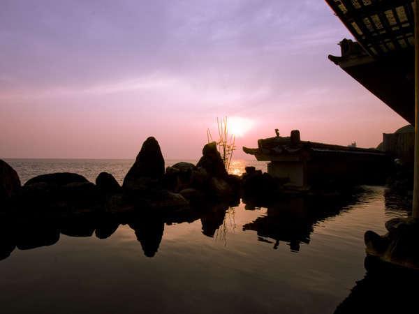 沈みゆく夕陽が美しい大浴場露天風呂