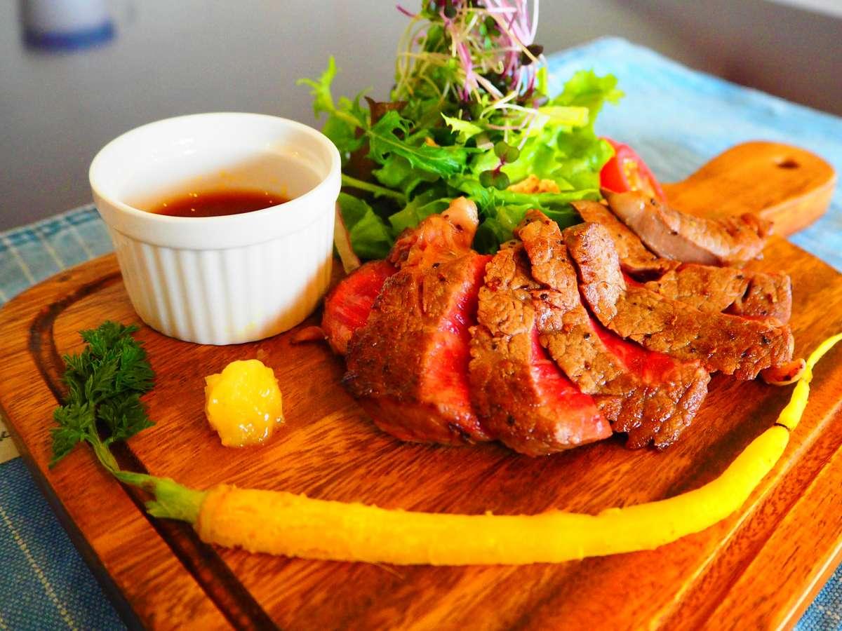 A5ランク飛騨牛のステーキ。レモン塩・ステーキソースと絡めてお召し上がりください。