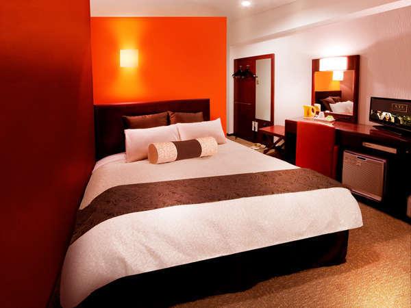 お部屋は白とブラウンを基調とした落ち着いた感覚のセミダブルベット使用ルーム。