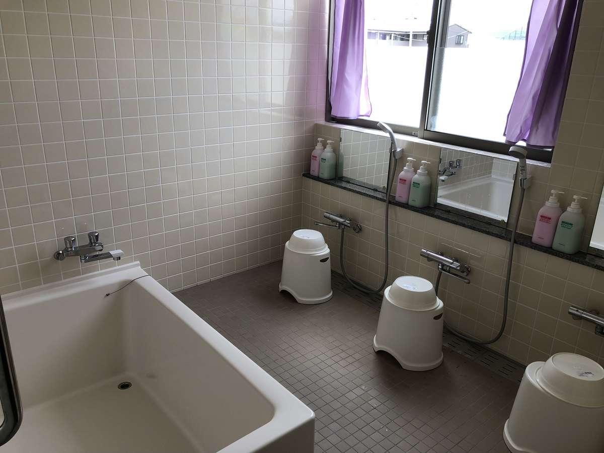 横160奥行120高さ60cmの浴槽に、シャワーが3箇所着いており家族・友人と一緒に入ることができます