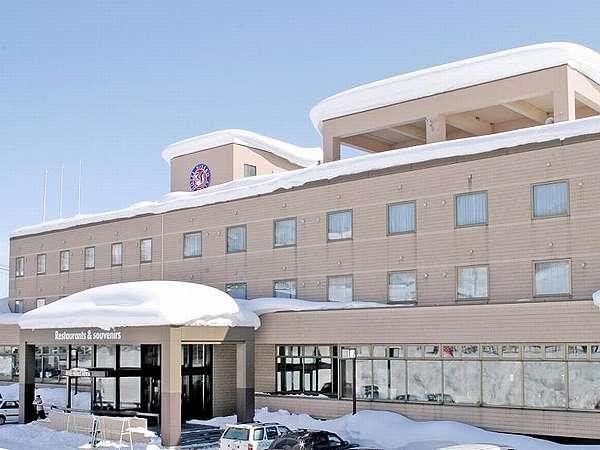 冬のホテル外観/すぐ目の前がゲレンデ!スキー&スノボに好立地!