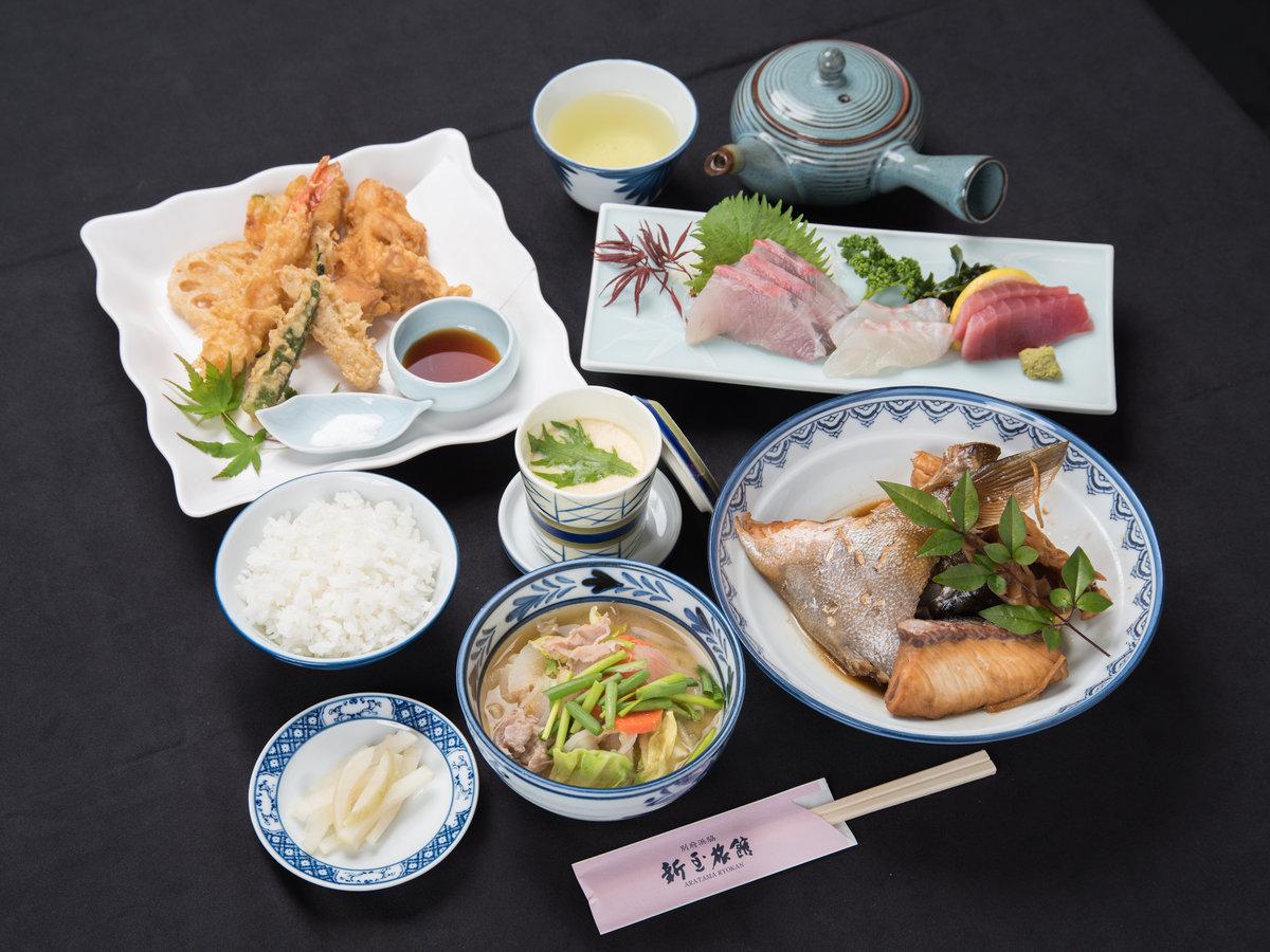 *【夕食(全体)2】ご夕食一例/地元で獲れた旬のお魚を中心に、新鮮なものをご用意しています。
