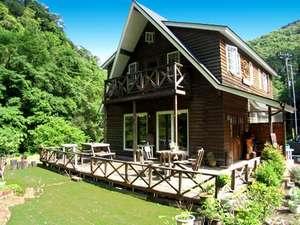 山と渓流に囲まれたウッディな本館。すぐ隣には大沢温泉露天風呂があります。