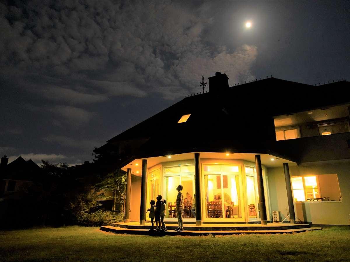 【夜のヴィラ】周りに街灯はありません。そのため、天気がいい日は満天の星空をご覧いただけます