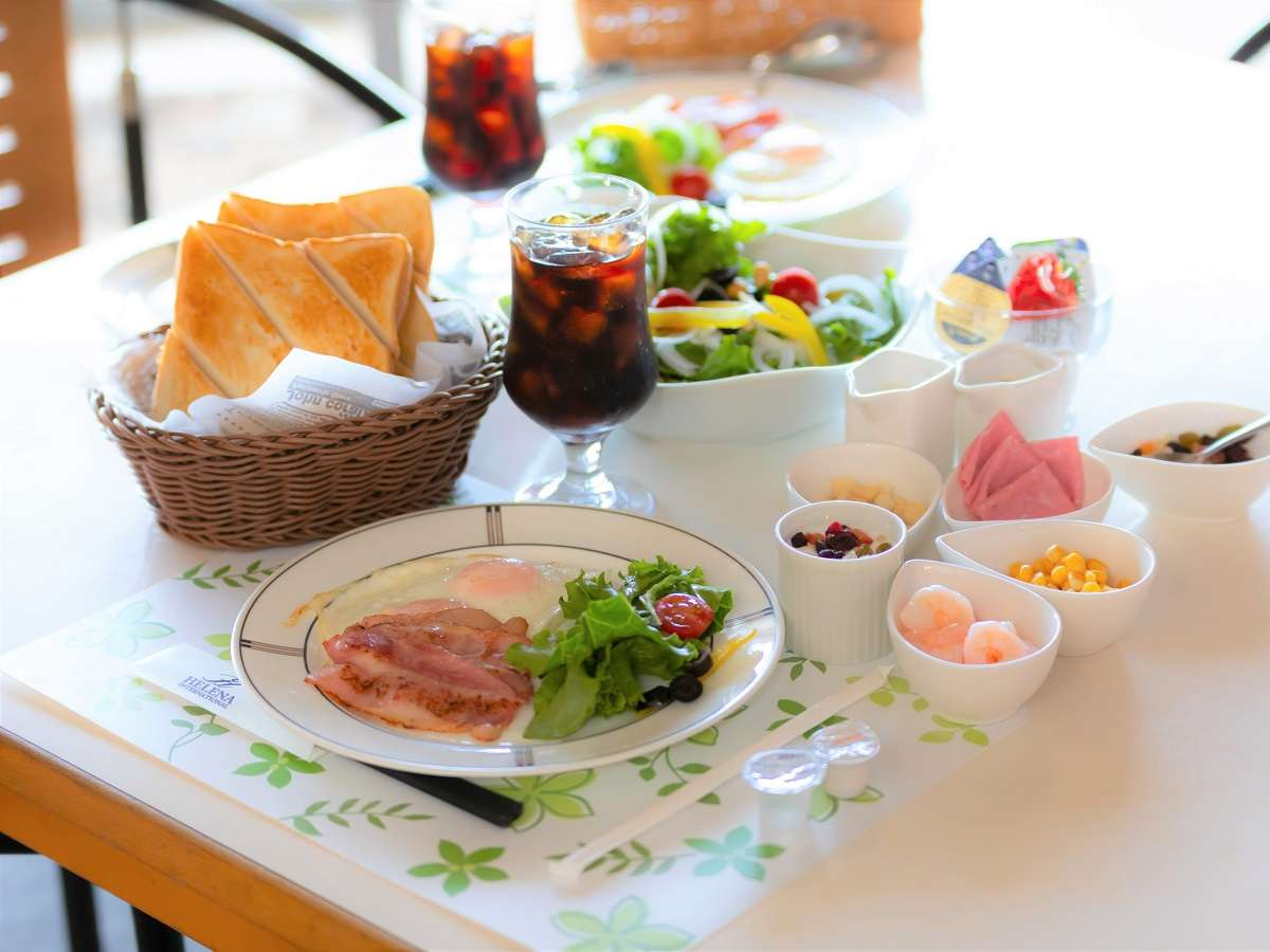 【ご朝食】厚切りトーストの洋食プレートです。フレッシュサラダはおかわり自由。自家製いちごジャム付