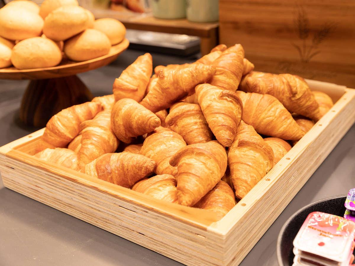 当ホテル自慢のサクサクとした食感を楽しめる焼き立てパン♪