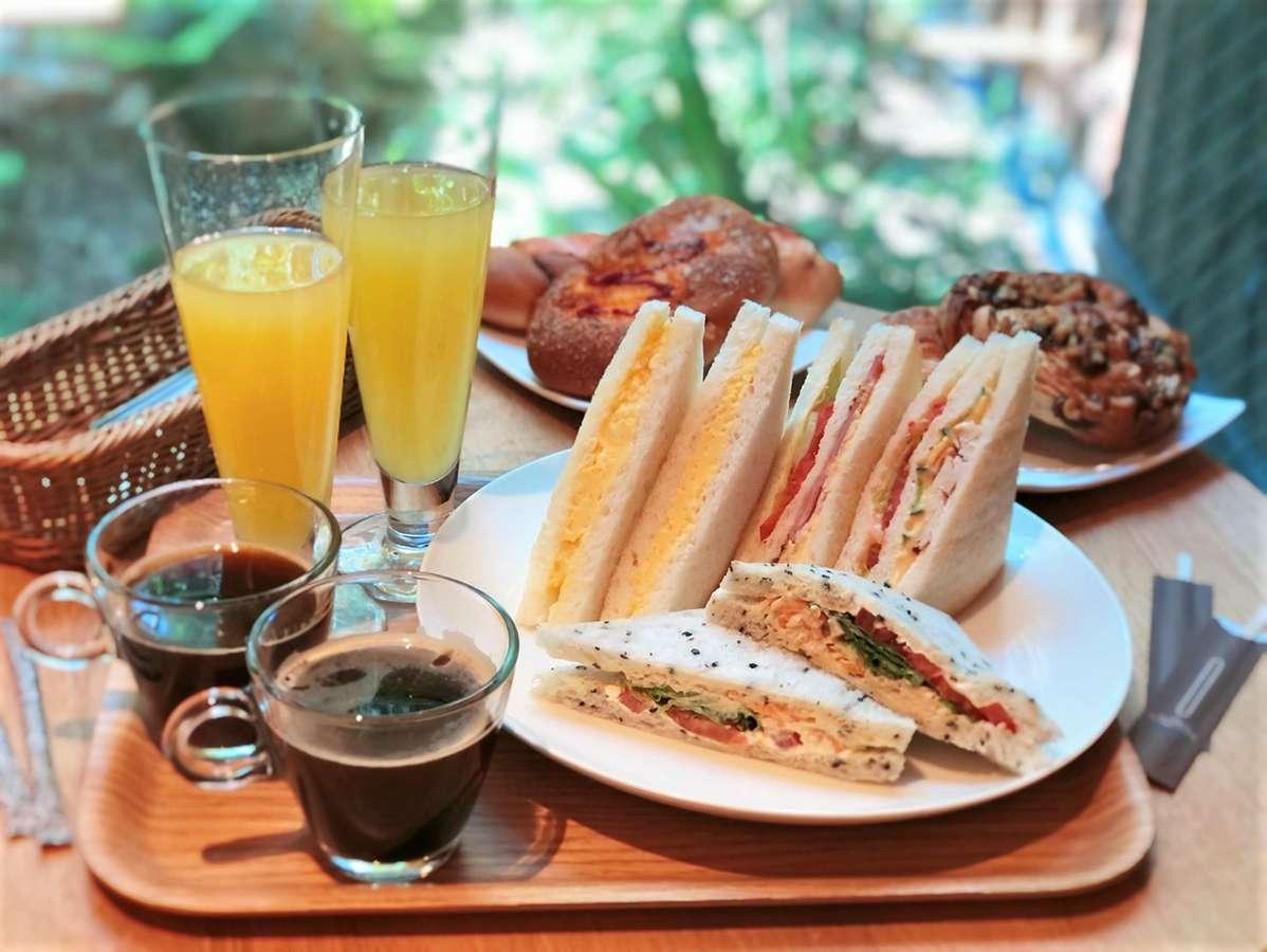 朝食として、簡単なパンやサンドウィッチをルームサービスにて無料でご用意いたします。