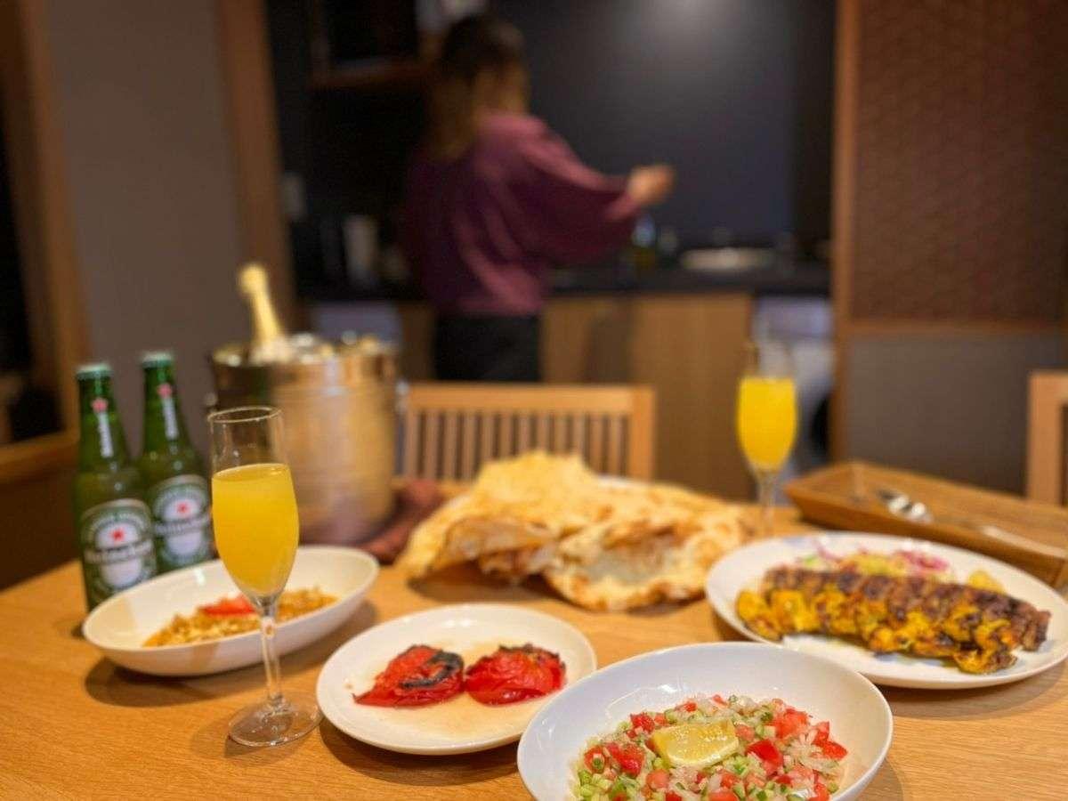 キッチン付き客室では料理も楽しんで頂けます。各種食事デリバリーサービスも手配できます。