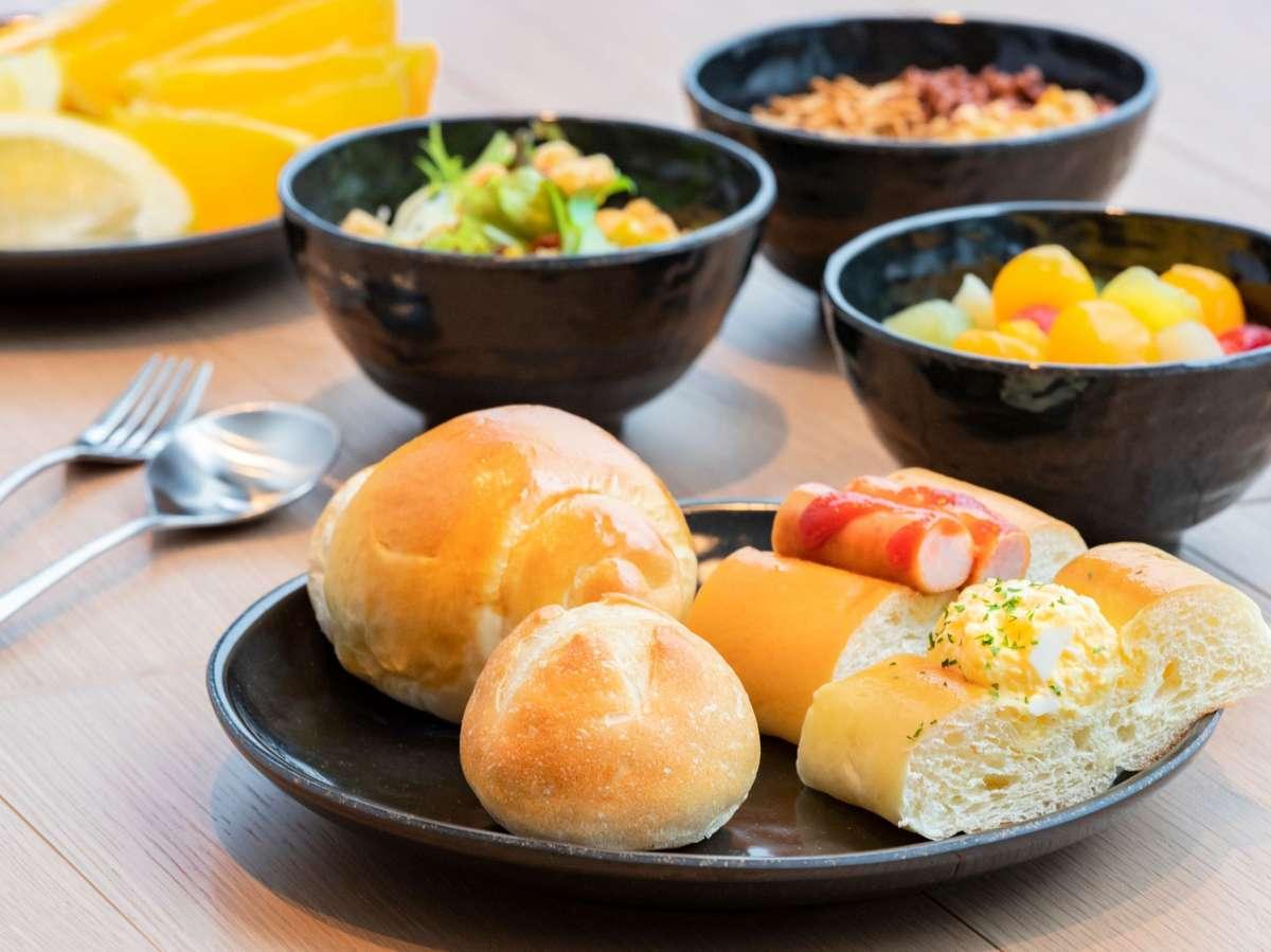 朝食 パンやサラダなども豊富にご用意しております。