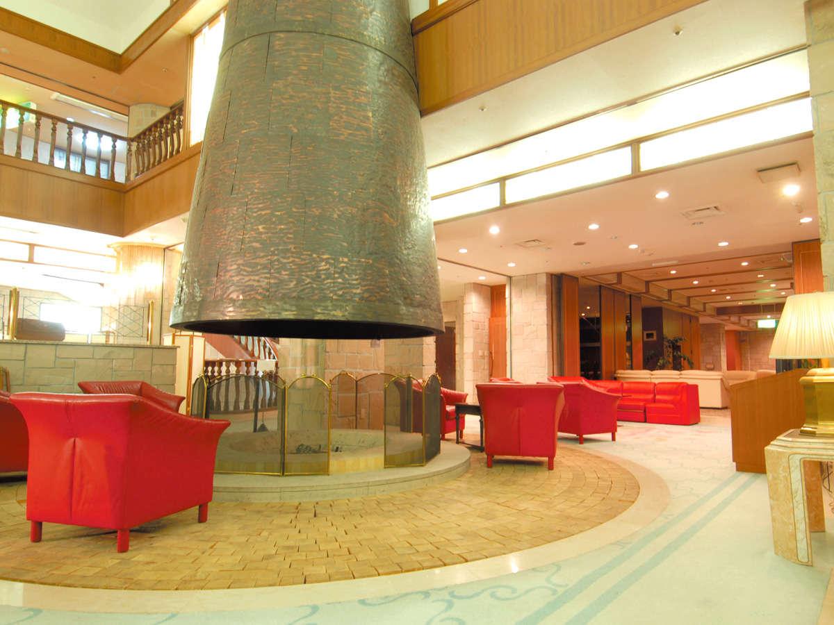 【ロビー】大きな暖炉の煙突が印象的です