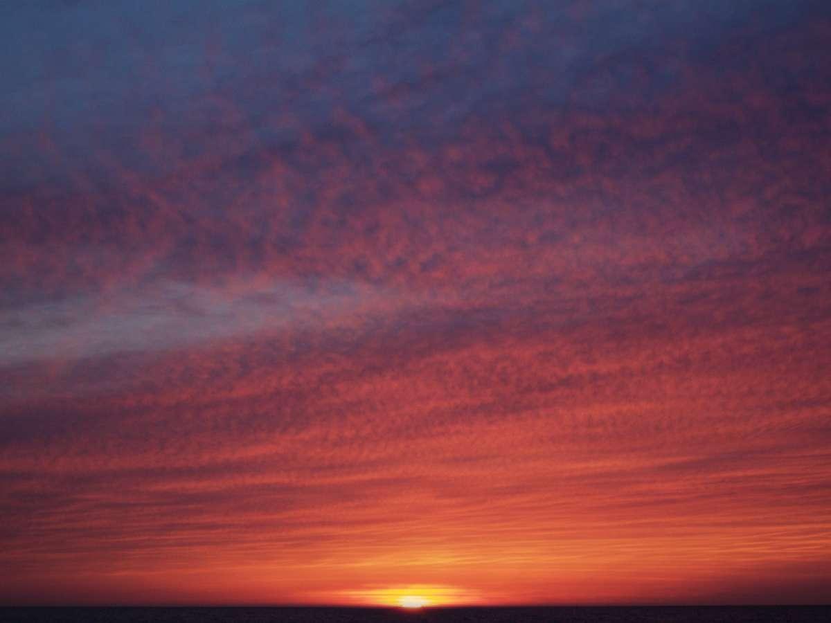 ドラマの一場面のような千里浜海岸の夕日(歩いて3分)