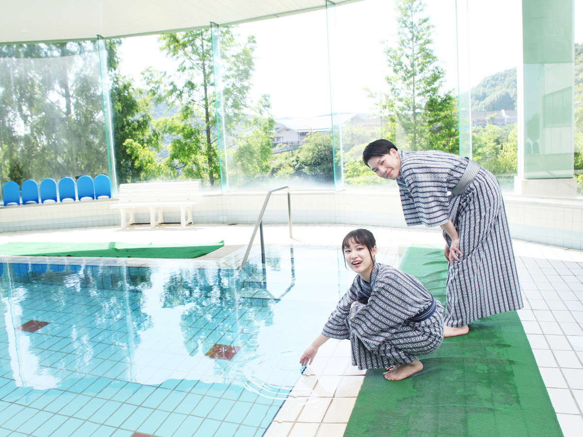 年中楽しめる温泉水を使用した温水プール。毎週日曜日はちびっこプールも開催。