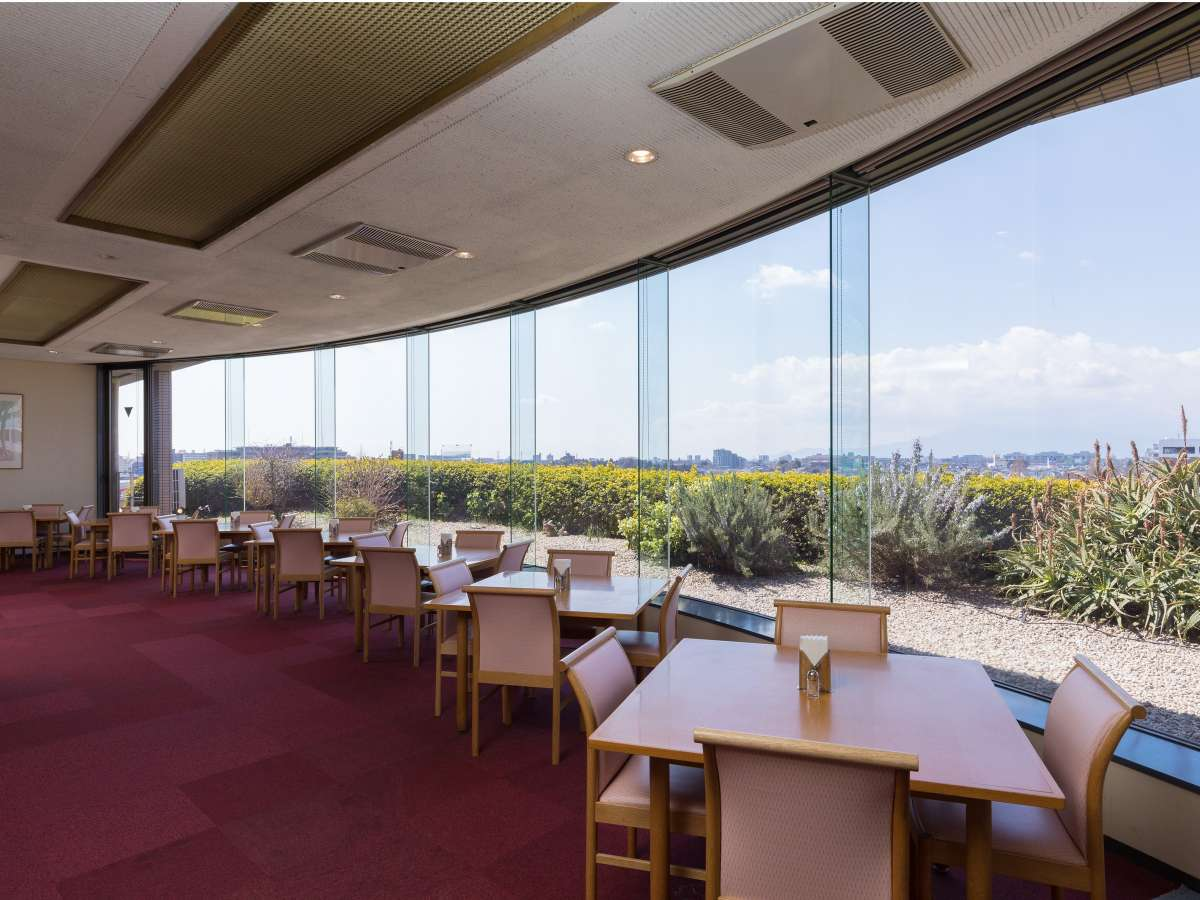 【レストラン】4Fから景色を見晴らしながら、ゆったりと御食事ができます。