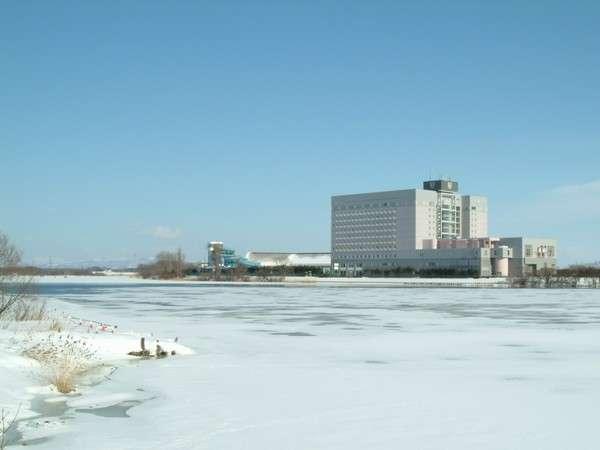 【冬】冷え込むとホテルの目の前を流れる茨戸川が結氷する事もあります。