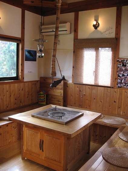 囲炉裏部屋は1階離れにあり談話室として利用いただいています