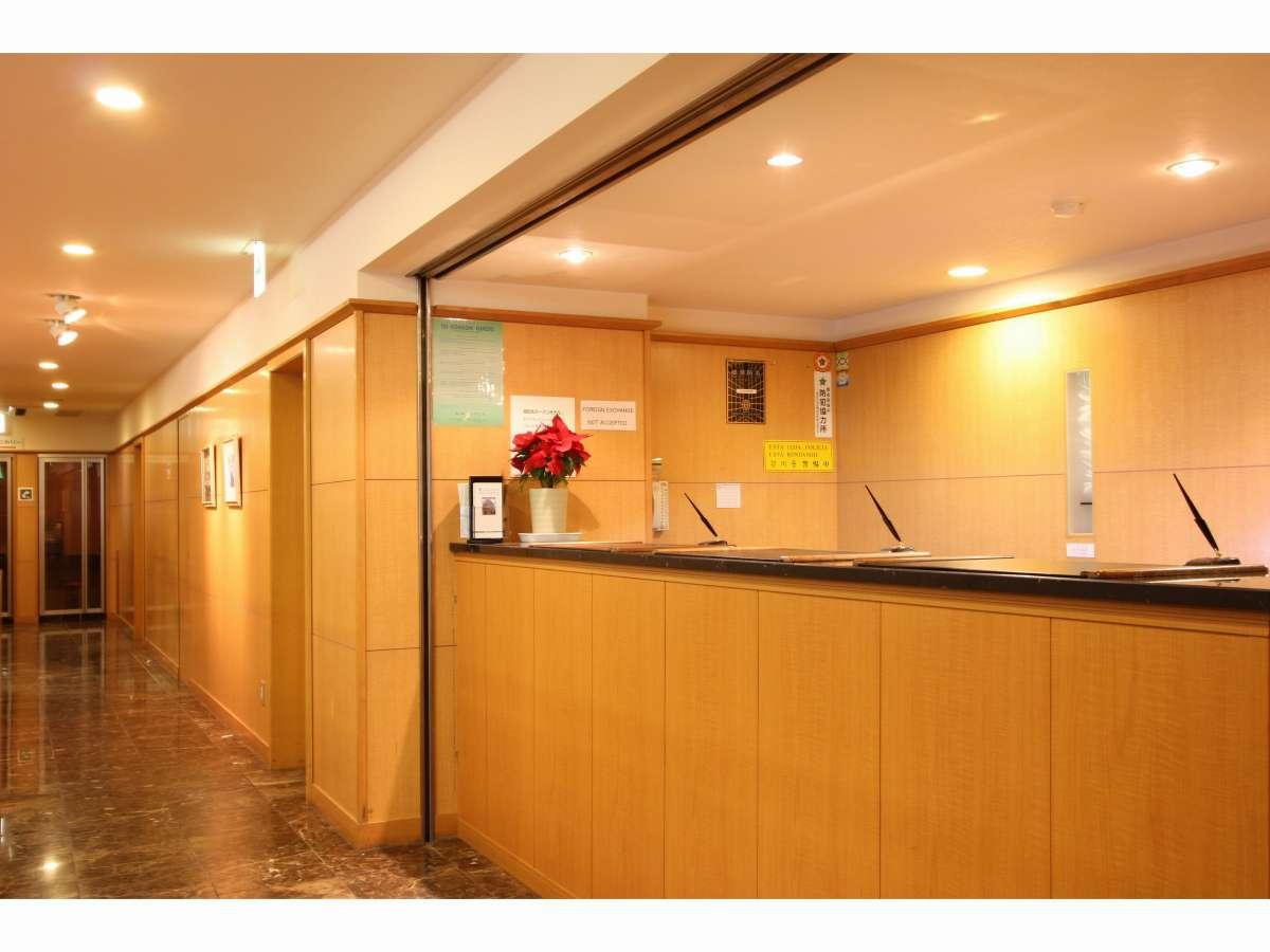 フロントは24時間対応でお客様をお迎えします