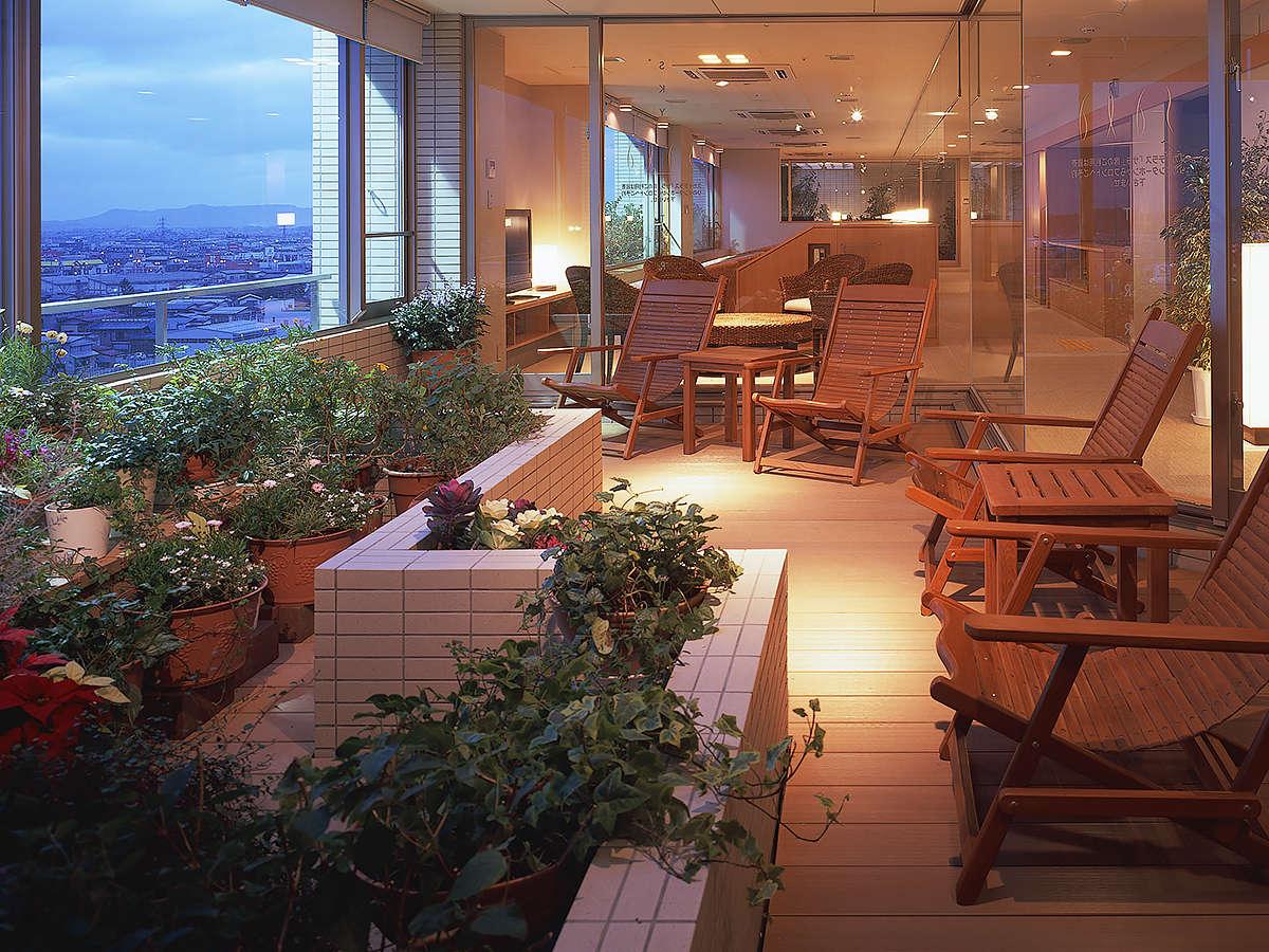 【8F リラクゼーションスペース】22時まで自由にご利用いただける休憩スペースです。