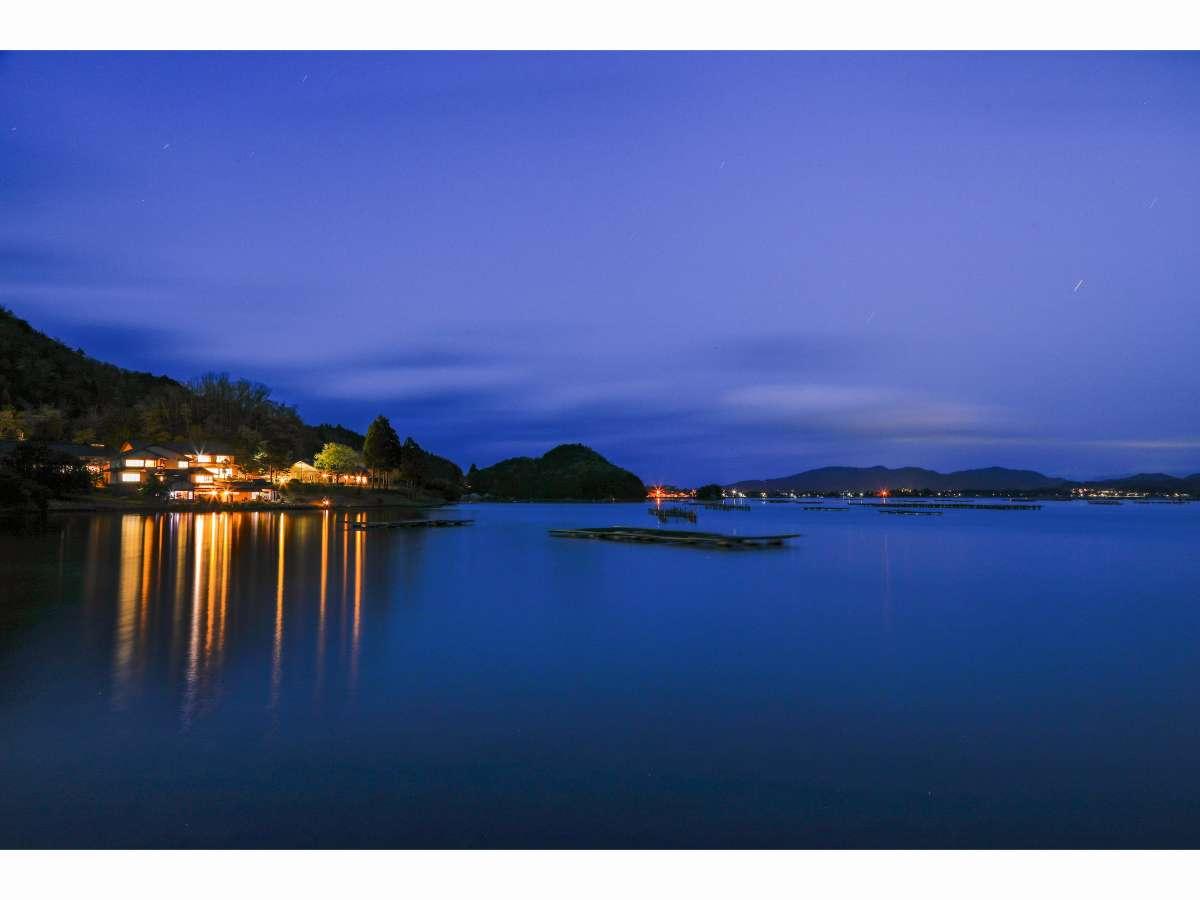 夕暮れの碧翠御苑と久美浜湾
