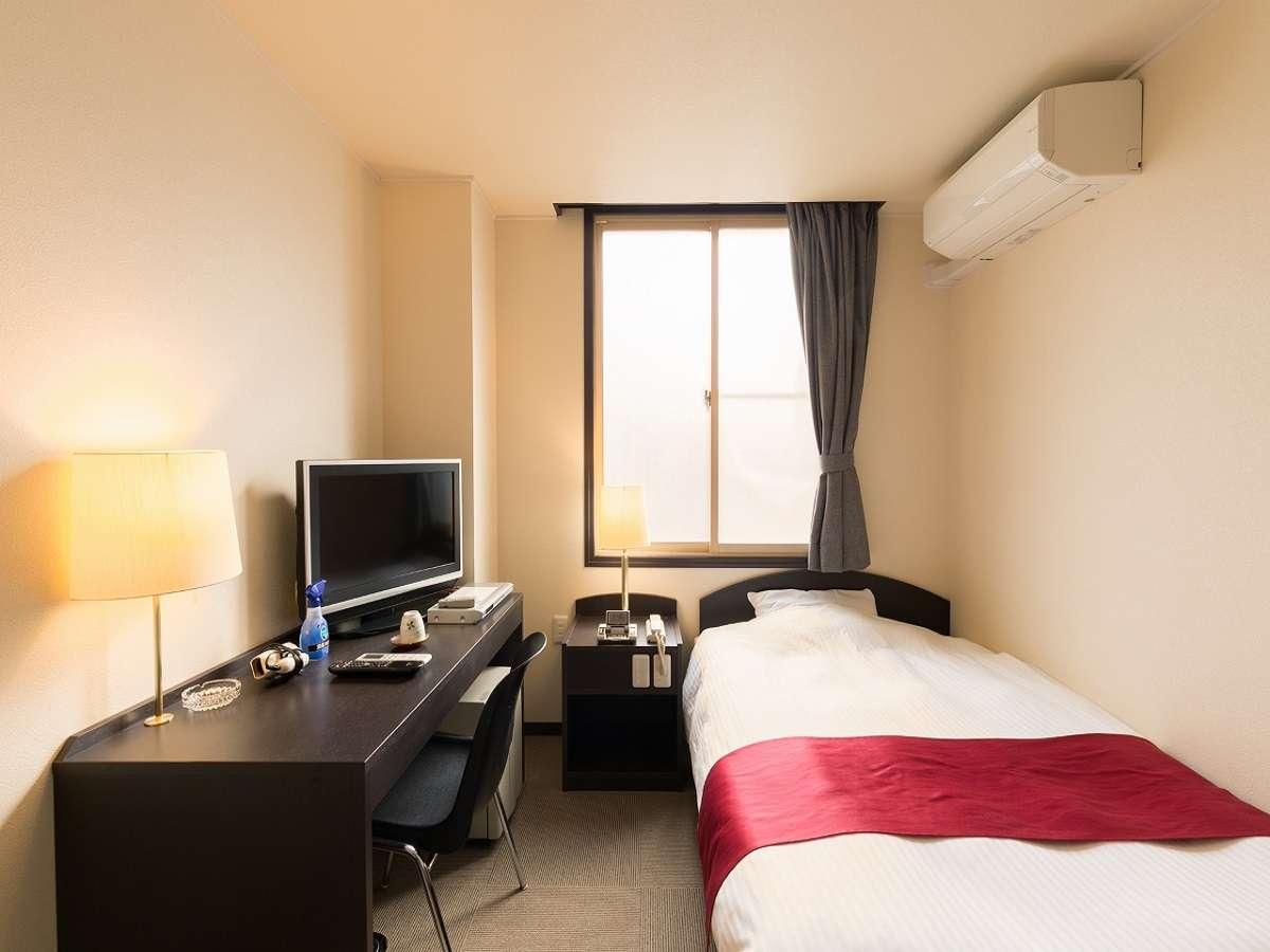 洋室シングルルーム ベッドはセミダブルサイズです。