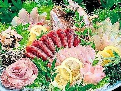 東京の料亭で腕を磨いてきた主人が、目で楽しんで、食べて味わうお造りを提供して折ります。