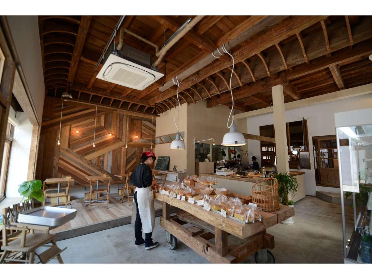 1階に併設されているパン屋「かどぱん」(定休日:月~水)