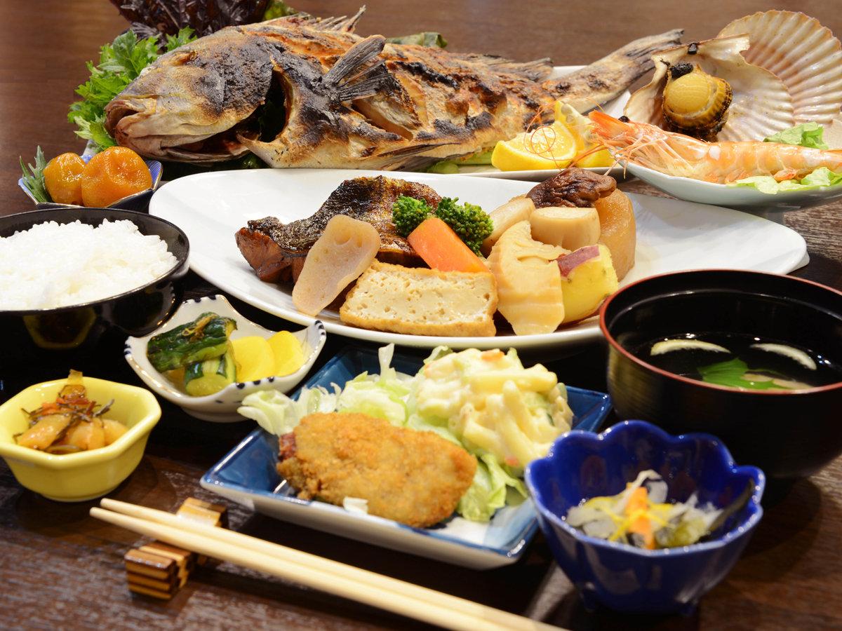 *【夕食一例】舟盛り以外にも、塩焼きや煮付などの家庭料理をご提供!