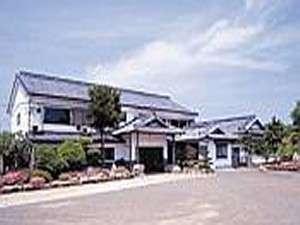 【外観】平戸大橋を渡り車で10分。喧騒から離れたところに料理自慢の当宿はございます。