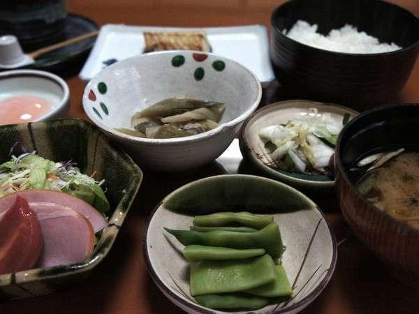 """畑で採れた野菜を日替わりメニューで提供する、手作りの""""おふくろの味!和朝食"""""""