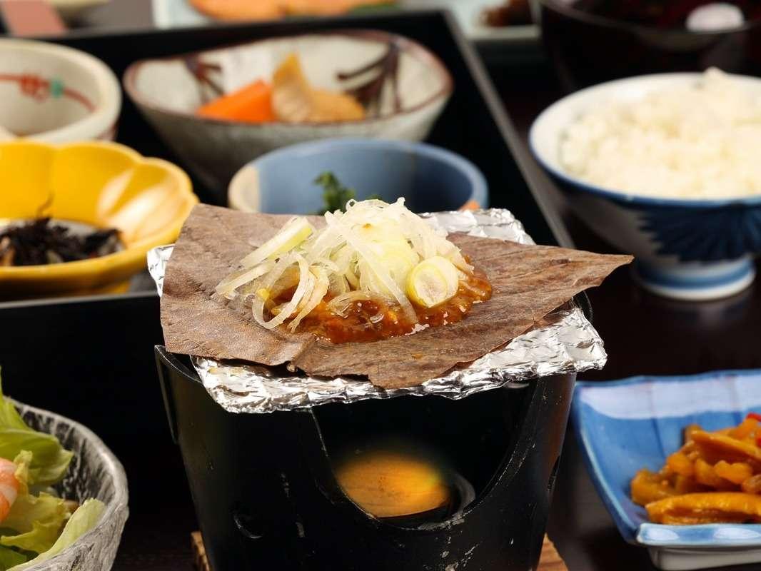 郷土料理の朴葉味噌付きの朝食
