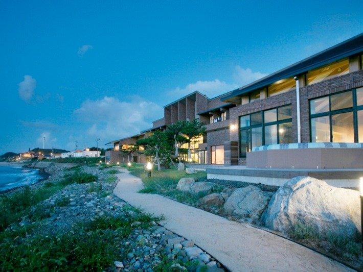 海側からの施設写真。お部屋のバルコニーでは、海からの穏やかな風・波音。夕陽もご覧いただけます。