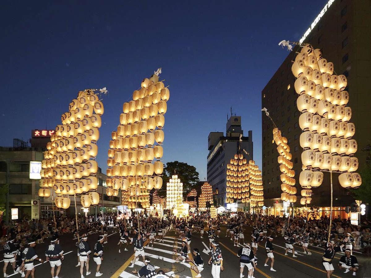 ≪竿燈まつり≫竹の竿にたくさんの提灯がぶら下がり、遠目からみるとまるで黄金に輝く稲穂のような光景。
