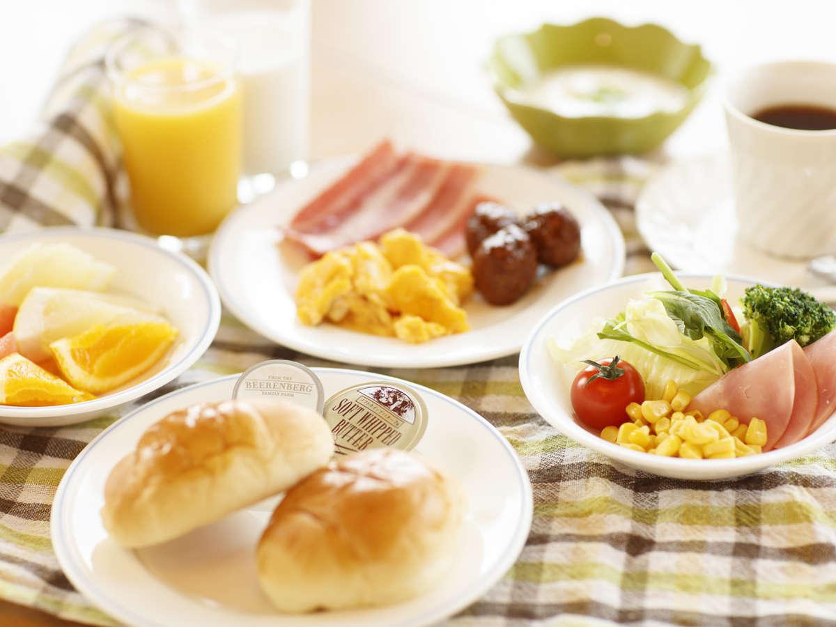 ≪朝食バイキング≫ 洋食派にはソーセージやスクランブルエッグなど元気が出るメニューを揃えています。
