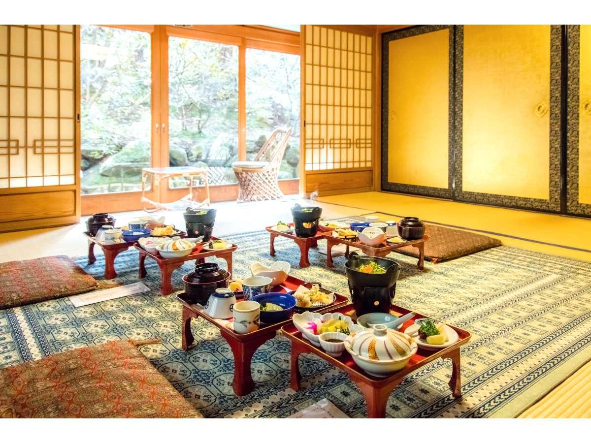 庭の景色を楽しみながら精進料理をご賞味下さい。夕・朝食共にお部屋にご用意(お籠もりプランを除く)