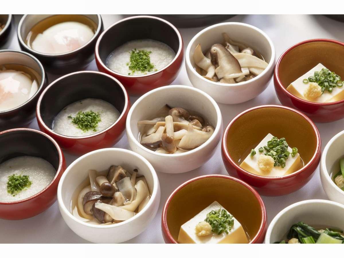 ■約20種類の小鉢横丁(冷豆腐ときのこ)