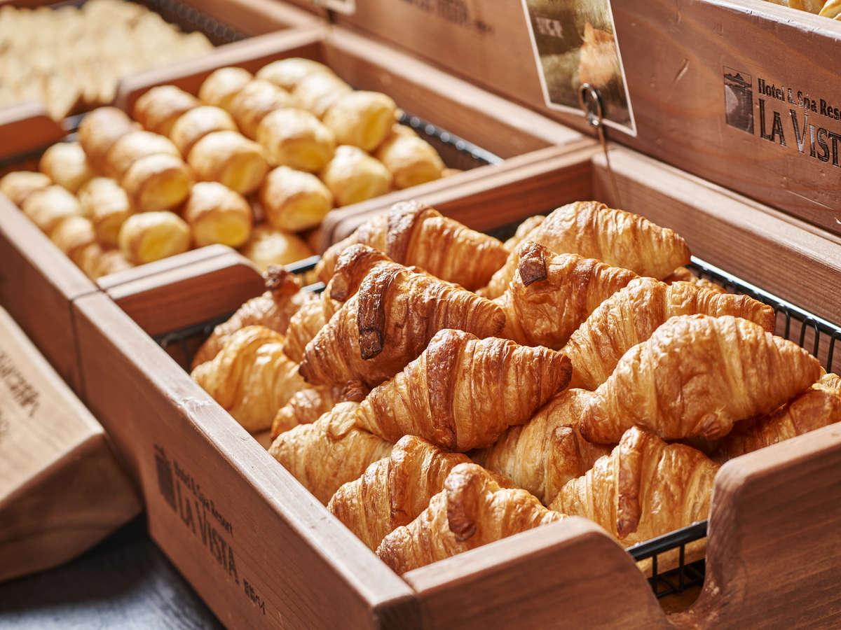 【2階/朝食】朝食人気の一つ「朝焼きクロワッサン」は絶品。トースターで少し温めてからがオススメです。