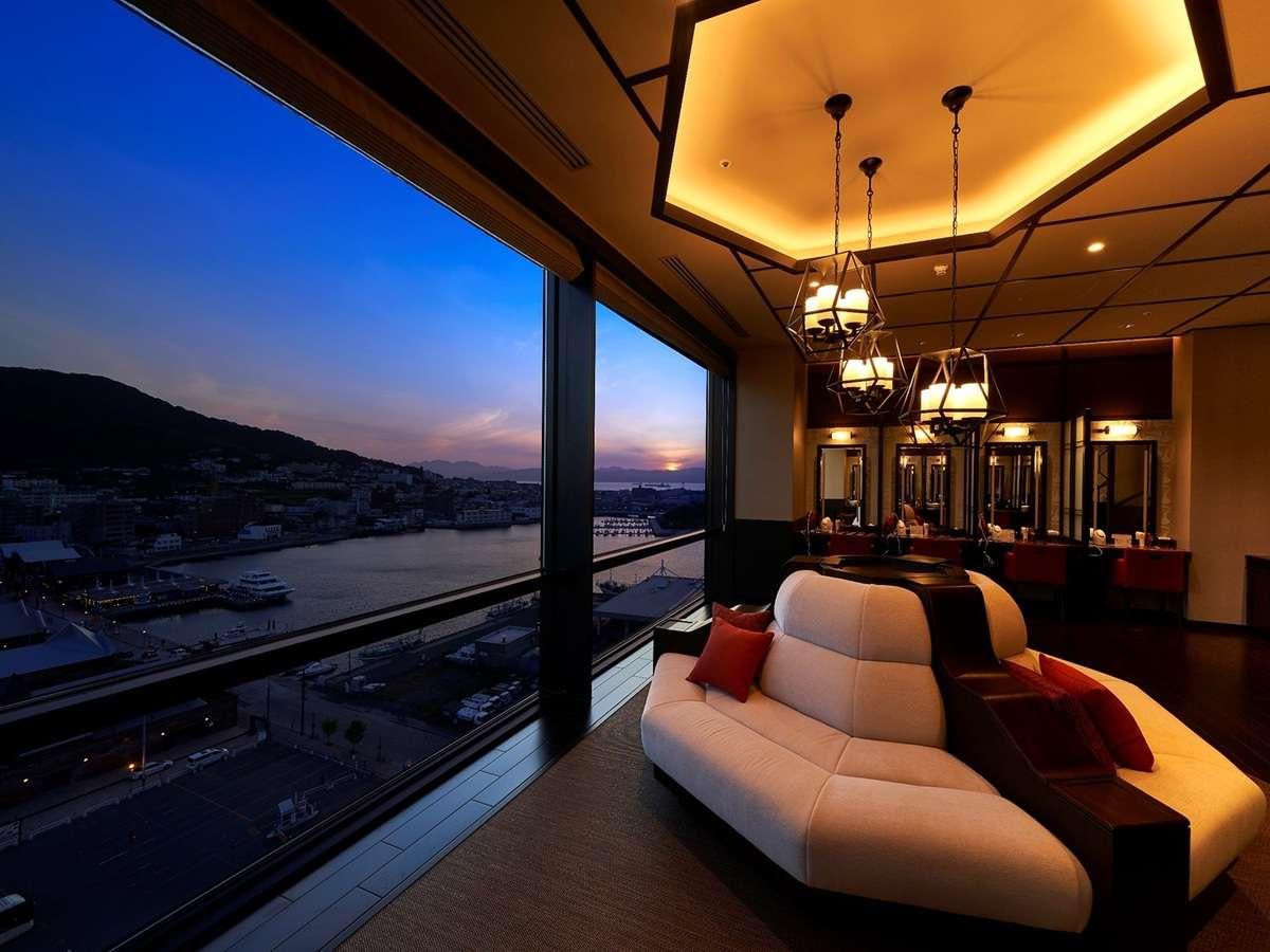 【女性大浴場パウダールーム】美しい夜景を見ながら過ごす「美」の空間で贅沢なひと時を・・・
