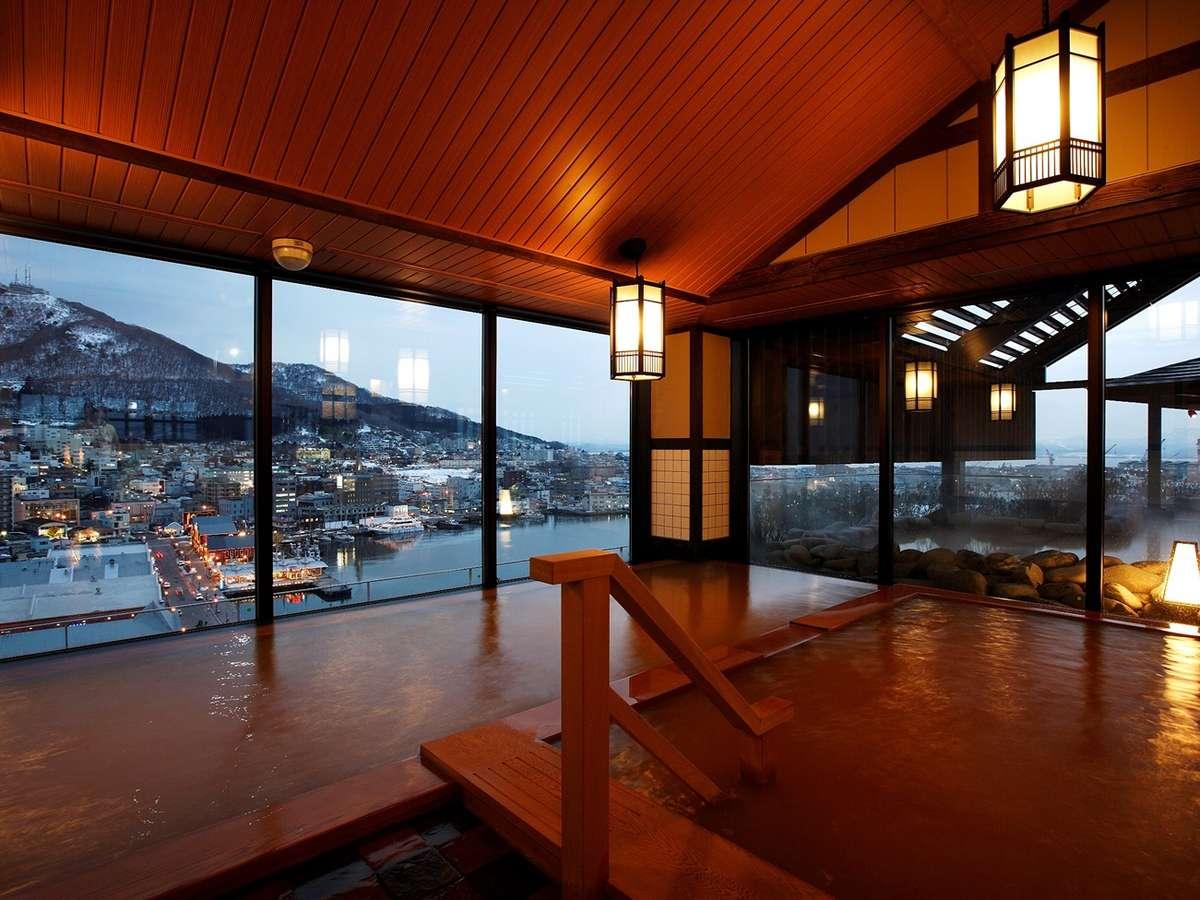【内湯】最上階からの景色を望む温泉大浴場。心身ともに癒しのお時間を。