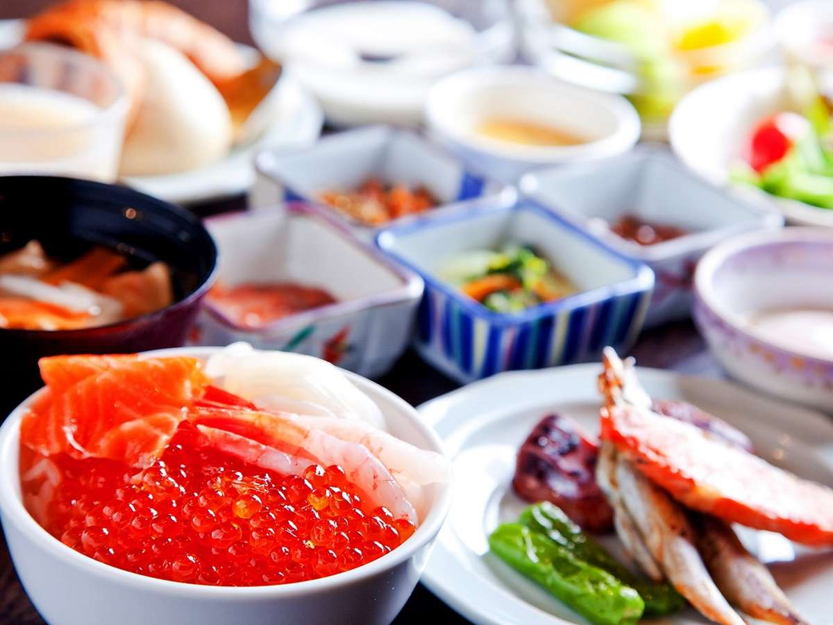 【2階/朝食】北海道産いくらかけ放題の海鮮丼や炙焼き、洋食・デザートなど約100種類の品揃え