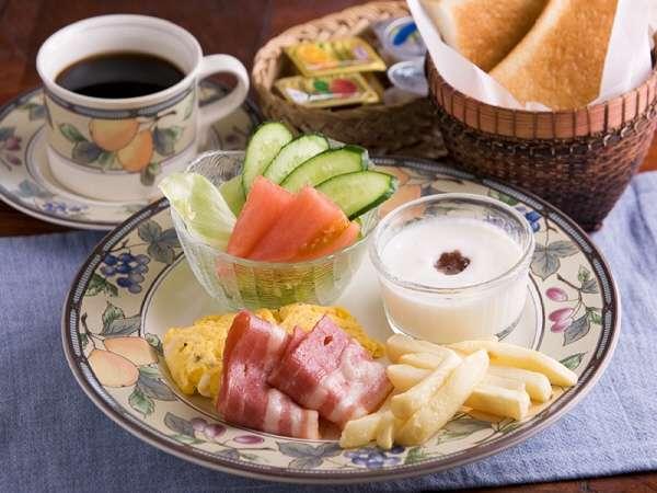 朝食は、万座ビーチが一望できるカウンター席、または中庭のテラス席でお召し上がり頂けます。素泊りも有り