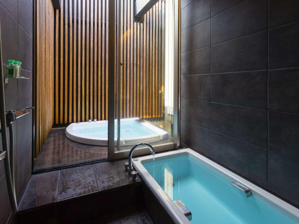 内風呂と吹き抜けになっている半露天ジャグジーバス/デラックスツイン・バスルーム