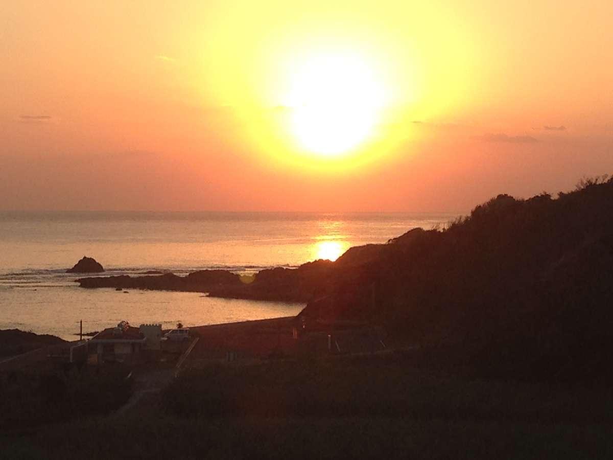 正面の海から昇る朝日